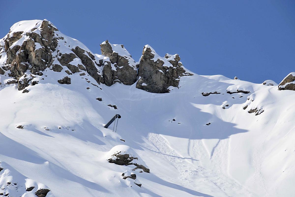 tube Gazex émergeant du manteau neigeux