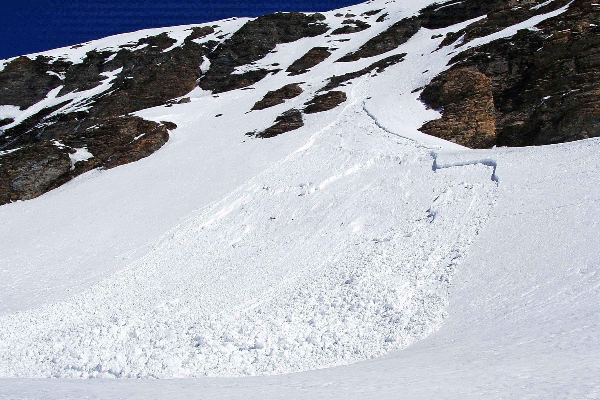 avalanche de neige issu d'un seul point et impliquant la neige mouillée en fin de saison